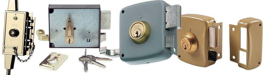 ¿Se recomienda instalar cerraduras de sobreponer en puertas principales?